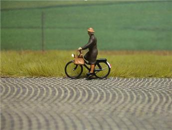 Cycliste éclairé - femme avec son sac