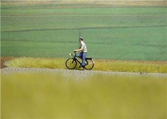 Cycliste éclairé - homme à la casquette