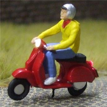 Jeune homme en scooter éclairé