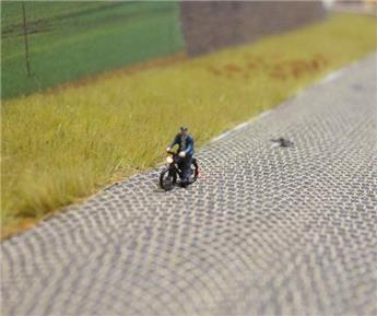 Cycliste éclairé - homme en blouson et casquette