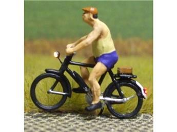 Cycliste éclairé - homme en short à la casquette