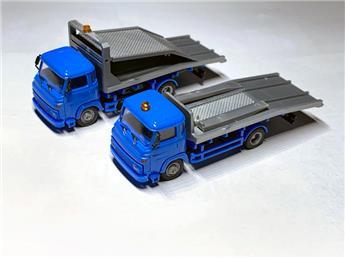 Deux camions Renault Saviem SG2 avec plateforme porte automobile en kit