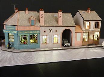 Alignement de 3 Maisons de Bourgogne 2 commerces angle à gauche